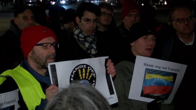 """Berlin: Protest vor US-Botschaft gegen Venezuela-Einmischung: """"Machen genau dasselbe wie in Libyen!"""""""