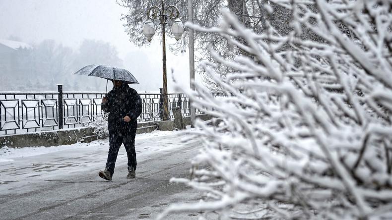 Indien: Bräutigam stapft sechs Kilometer durch Schnee, um pünktlich zur Hochzeit zu kommen