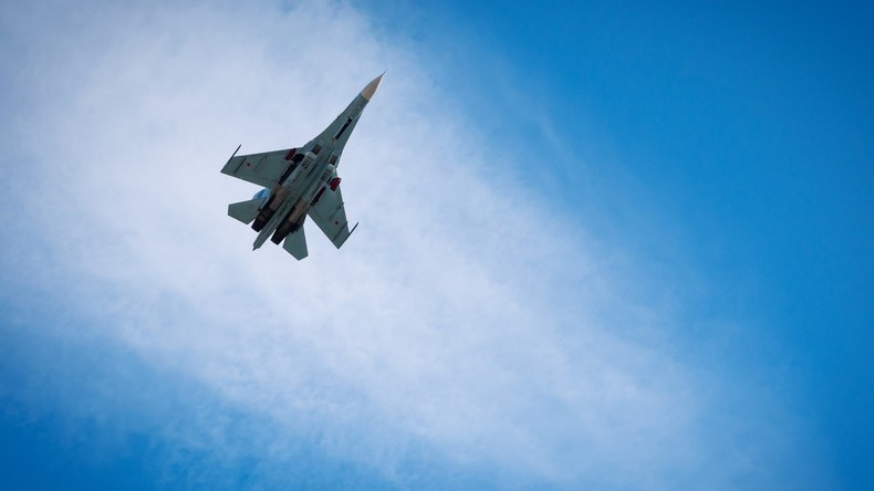 Russische Su-27 verjagt NATO-Kampfjet, der sich Regierungsflugzeug zu stark annähert