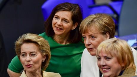 Göring-Eckardt mit ihrer Parteifreundin Claudia Roth, Verteidigungsministerin Ursuala von der Leyen und Kanzlerin Angela Merkel im Bundestag, März 2018
