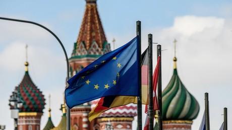 Die Flagge der Europäischen Union weht am 29. März 2018 vor der St. Basilius-Kathedrale in Moskau.