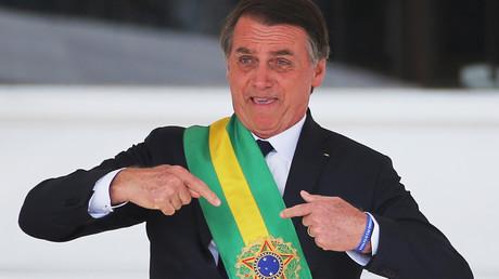 Der neue wichtigste Mann im Land: Der neue brasilianische Präsident, Jair Bolsonaro, zeigt auf die Präsidenten-Schärpe, die ihm kurz zuvor der scheidende Präsident Michel Temer übergeben hat.