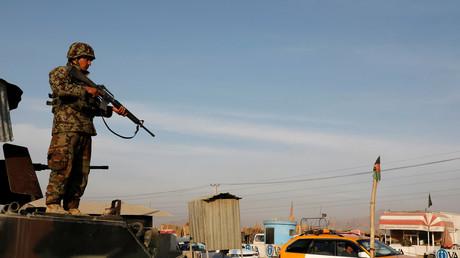 Ein Soldat der afghanischen Nationalarmee (ANA) hält an einem Kontrollpunkt am Rande von Kabul, Afghanistan, am 31. Dezember 2018 Wache.