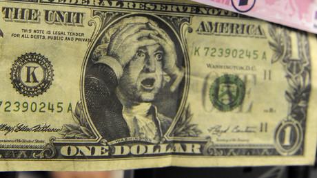 Ein Aktienhändler hinter einem gefälschten Ein-Dollar-Schein und einer gefälschten 500-Euro-Note an der Deutschen Börse in Frankfurt am Main, 18. Dezember 2008.