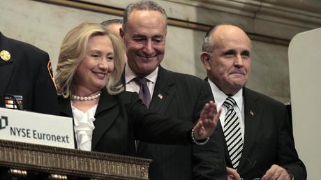Die ehemalige US-Außenministerin Hillary Clinton mit dem damaligen Bürgermeister New Yorks Rudy Giuliani (rechts im Bild), New Yorker Börse, USA, 9. September 2011.