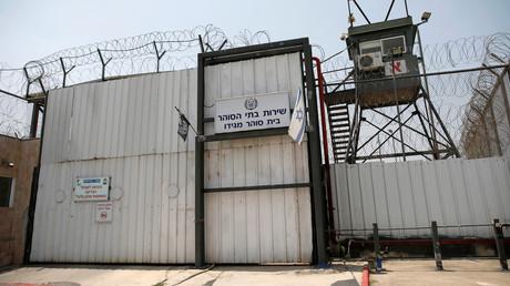 Eine israelische Flagge ist neben dem Tor des Gefängnisses Megiddo, 24. Juli 2018.