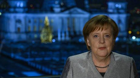 Blauer wird's nicht: Merkel bei ihrer Neujahrsansprache am 30.12.2018.