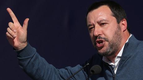 Der Chef der rechten Lega, Matteo Salvini, ist seit 2. Juni 2018 Italiens Innenminister und stellvertretender Ministerpräsident. Vor allem wegen seiner harten Vorgehensweise gegen Migranten  macht der 45-Jährige von sich reden.