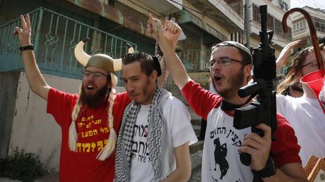 Israelische Siedler feiern den jüdischen Purim-Feiertag in der al-Shuhada-Straße in der geteilten Stadt Hebron am 1. März 2018.