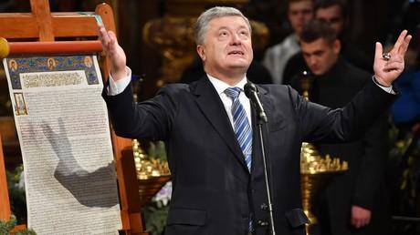 Der ukrainische Präsident Petro Poroshenko gestikuliert, während er am 7. Januar 2019 beim orthodoxen Weihnachtsgottesdienst in der Sophienkathedrale in Kiew spricht.