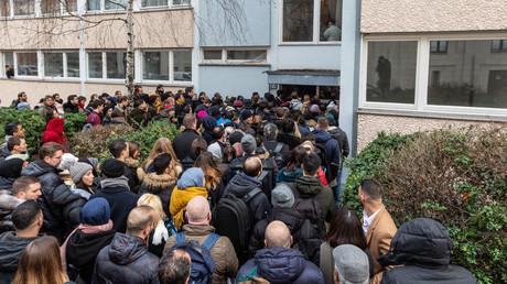 Wohnraummangel: Hunderte Bewerber drängen in Kreuzberg zur Besichtigung einer Mietwohnung (20. Dezember 2018).