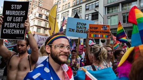 Aufgeschreckt durch Medienberichte, denen zufolge es in Tschetschenien Konzentrationslager für Schwule gebe, fordern Aktivisten, dass dort die Morde an Schwulen gestoppt werden. (New York, 25. Juni 2017)
