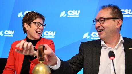 Gut gelaunt: CDU-Chefin Annegret Kramp-Karrenbauer und CSU-Landesgruppenchef Alexander Dobrindt bei der CSU-Klausur in Seeon am Sonntag