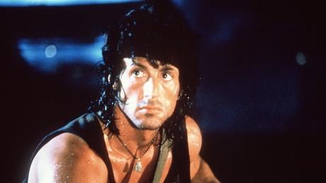 Hollywood-Held John Rambo nimmt es mit der Sowjetarmee auf.