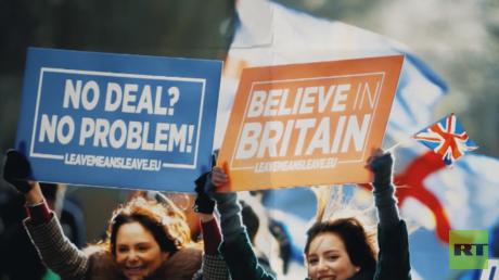 Wut im Bauch: Britische Politiker und Journalisten werden vor dem Parlament niedergebrüllt (Video)