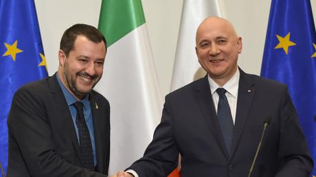 Der polnische Innenminister Joachim Brudziński (r.) und der stellvertretende italienische Ministerpräsident und Innenminister Matteo Salvini geben sich nach ihrem Treffen am 9. Januar 2019 in Warschau die Hand.