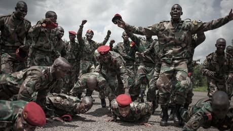 Neueinstellungen für die Zentralafrikanischen Streitkräfte feiern ihren Ausbildungsabschluss in Berengo am 4. August 2018.