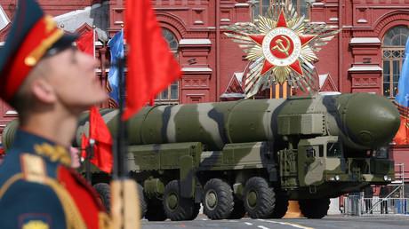 Ein russisches Topol-M-Interkontinentalraketensystem fährt bei der alljährlichen Siegesparade am 9. Mai (hier 2008) über den Roten Platz in Moskau.