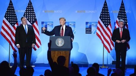 US-Präsident Donald Trump (Mitte) auf dem NATO-Gipfel der Staats- und Regierungschefs in Brüssel, flankiert von Sicherheitsberater John Bolton (rechts) und US-Außenminister Mike Pompeo (links).