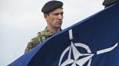 Ein Soldat der KFOR-Truppen in Pristina im Jahr 2014, einer multinationalen militärischen Formation unter der Leitung der NATO.