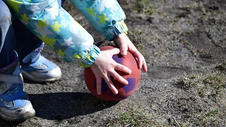 Aktuellen Zahlen zufolge sind bis zu 19 Prozent aller Mädchen und Jungen von Kinderarmut betroffen. In Ostdeutschland ist sogar jedes vierte Kind von Armut bedroht.