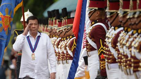 Der philippinische Präsident Rodrigo Duterte überprüft eine Ehrengarde in Manila am 8. August 2018.