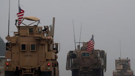 Auf dem Foto vom 30. Dezember 2018 sind eine Reihe von US-Militärfahrzeugen in Syriens nördlicher Stadt Manbidsch zu sehen.