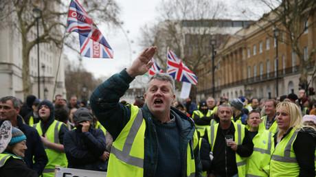 Britische Befürworter des Brexit demonstrieren am 12. Januar 2019, nur wenige Tage vor der entscheidenden Abstimmung im Parlament, in London aus Solidarität mit den Protesten in Frankreich mit gelben Warnwesten.