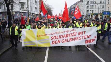 Die DKP hatte ihre Mitglieder dazu aufgerufen, sich am Trauerzug in gelben Westen zu beteiligen.
