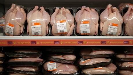 (Symbolbild) Plastik findet sich bei Lebensmitteln mittlerweile nicht mehr nur außen in Form von Verpackungen, sondern auch innen in Form von Partikeln.