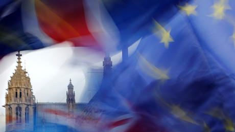 Noch wehen die Fahnen der EU und des Vereinigten Königreiches gemeinsam vor dem britischen Parlament.