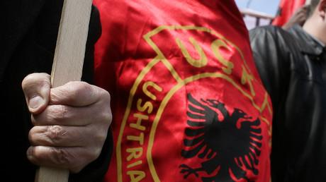 Die kosovo-albanische paramilitärische Organisation UÇK entstand 1994 und kämpfte für die Unabhängigkeit der Provinz Kosovo vom damaligen Jugoslawien. Laut serbischer Seite sind die Kämpfer unter anderem für Dutzende terroristische Anschläge und Morde verantwortlich.