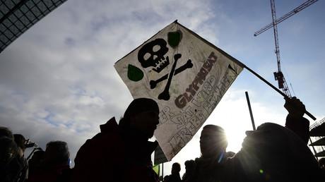 Ein Demonstrant während einer Demonstration am 20. Januar 2018 in Berlin. Glyphosat wurde 1974 vom US-Agrarriesen Monsanto unter dem Markennamen Roundup eingeführt. Eine WHO-Studie ergab, dass es