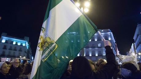 Die Flagge Andalusiens während der Proteste am 15. Januar in der spanischen Hauptstadt Madrid unter dem Motto