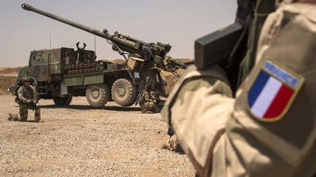 Französische Soldaten der Wagram Task Force knien neben einem CAESAR-System, einer mobilen 155mm Haubitze, nördlich von Mosul am 13. Juli 2017.