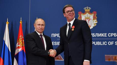 Der russische Präsident Wladimir Putin zeichnet den serbischen Präsidenten Aleksandar Vučić nach einer feierlichen Unterzeichnung am 17. Januar 2019 mit dem Alexander-Newski-Orden aus.