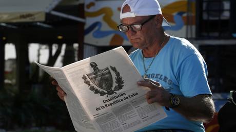 Ein Kubaner liest sich den letzten Entwurf der neuen Verfassung durch, über die er im Februar abstimmen kann.
