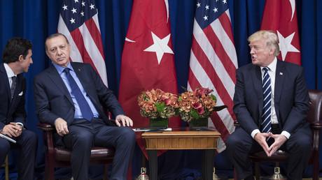 Der türkische Präsident Recep Tayyip Erdoğan hört einem Dolmetscher zu, während US-Präsident Donald Trump eine Erklärung abgibt. Das Treffen fand am 21. September 2017 in New York City statt.