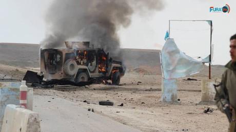 Nach einem Bombenanschlag in der Nähe der syrischen Stadt al-Schadadi brennt ein Panzerfahrzeug aus, das vermutlich der YPG/SDF-Miliz gehört. Bildquelle: Furat FM