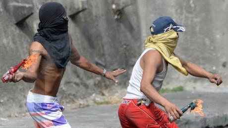 In Venezuela kommt es immer wieder zu gewaltsamen Ausschreitungen. Die Regierung macht dafür ein von Washington geschmiedetes Komplott verantwortlich.