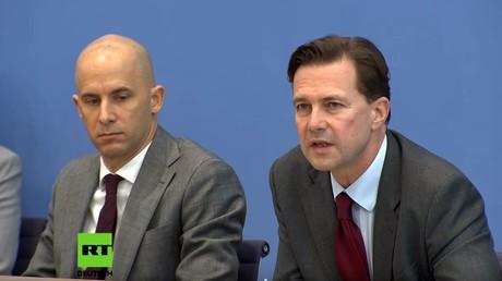 Regierungssprecher Steffen Seibert hat kein Problem mit über 80 schwerverletzten Gelbwesten durch exzessiven Gewalteinsatz französischer Sicherheitskräfte.