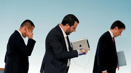 Abgang nach getaner Arbeit: Der italienische Minister für Arbeit und Industrie Luigi Di Maio, Premierminister Giuseppe Conte und Innenminister Matteo Salvini am Ende einer Pressekonferenz im Chigi-Palast in Rom, Italien, 20. Oktober 2018.