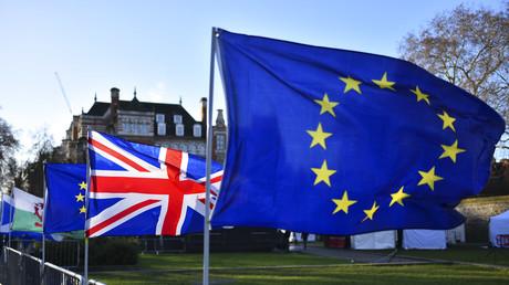 Gegner des Brexit haben am 22. Januar 2019 in der Nähe des Parlaments in London Flaggen der Europäischen Union und Großbritanniens angebracht.