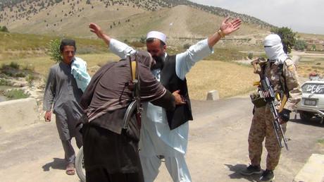 Ein Kämpfer der afghanischen Taliban-Miliz durchsucht am 18. Juli 2017 einen Pendler im Bezirk Ahmad Aba am Rande von Gardez, der Hauptstadt der Provinz Paktia.