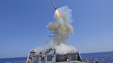 Der Zerstörer USS Barry (DDG 52)  feuert ein Tomahawk-Marschflugkörper ab.