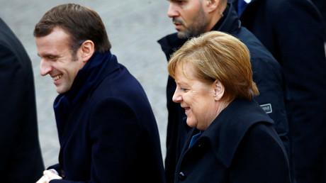 Angela Merkel und Emmanuel Macron verlassen nach der Unterzeichnung des Vertrags von Aachen gemeinsam das Aachener Rathaus.