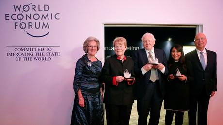 Die Crystal Award-Preisträger US-Dirigentin Marin Alsop, der Naturforscher Sir David Attenborough und die saudiarabische Regisseurin Haifaa al-Mansour mit Hilde Schwab und Gründer des WEF Klaus Schwab während einer Eröffnungsfeier des Weltwirtschaftsforums (WEF) in Davos, Schweiz, 21. Januar 2019.