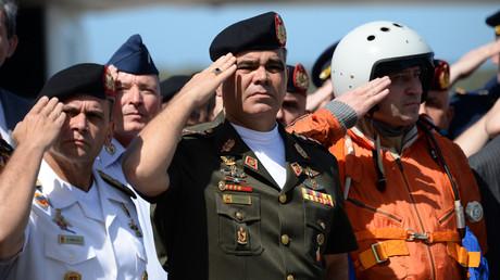 Der venezolanische Verteidigungsminister Vladimir Padrino (Mitte) salutiert nach der Ankunft von zwei russischen Tupolev Tu-160 Überschall-Bomberflugzeugen am 10. Dezember 2018.