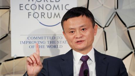 Jack Ma zeigt es an: Es geht weiter nach oben. Das Bild zeigt den Chef der Alibaba Group am 23. Januar 2019 auf dem jährlichen Treffen des Weltwirtschaftsforums (WEF) in Davos, Schweiz.