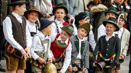 Kinder, die in Österreich leben – wie hier im österreichischen Zell – sollen mehr bekommen, als Kinder von Ausländern, die in der Heimat leben. Die EU-Kommission will nun dagegen vorgehen.